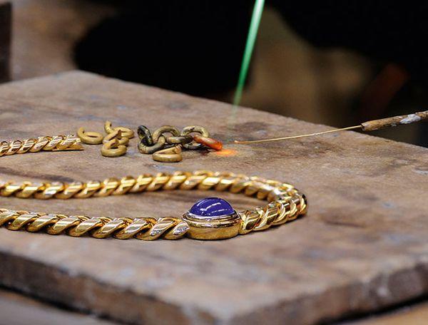 Abbildung einer Goldkette bei einer Umbearbeitung